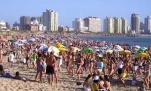 turistas playa punta del este 300x182 Llegaron 4,6% Extranjeros Más a Uruguay en Enero