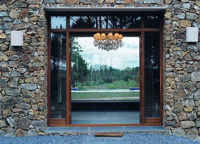 Construir una casa en chacra maritima en punta del diablo for Casas con piedras en la fachada
